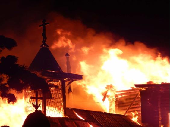 Украинские радикалы помогают захватывать храмы МП УПЦ